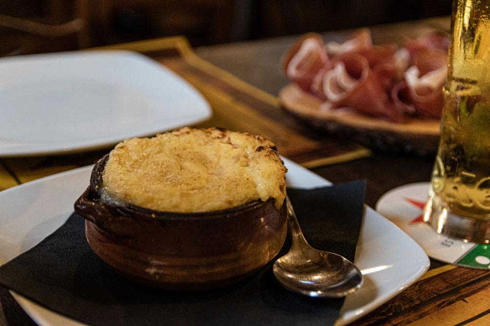 antipasto sfizioso di patate in ristorante a tema western