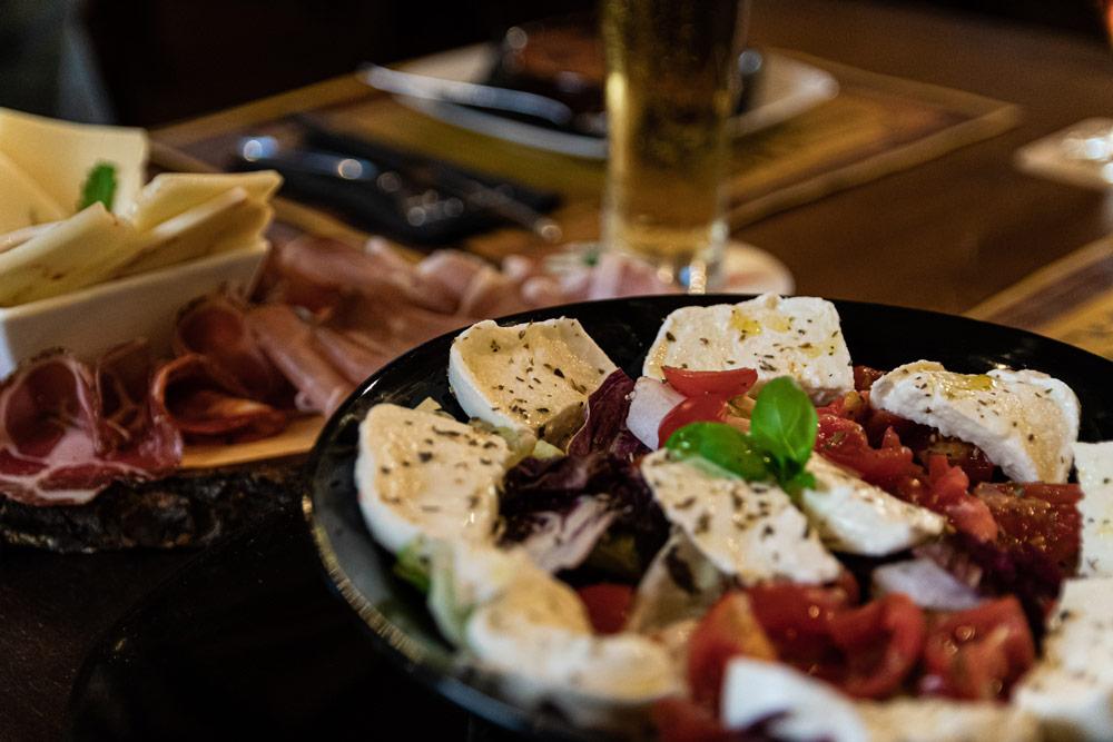insalata caprese in ristorante a bari